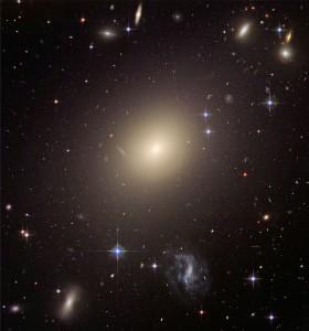 تصویر کهکشان بیضی شکل و غول پیکر ESO 325-G004