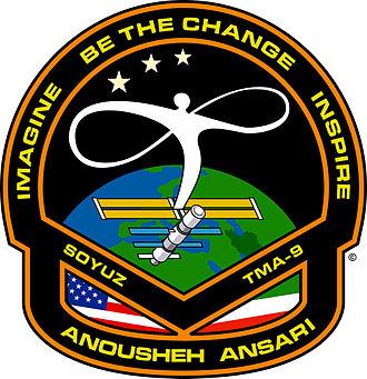 نماد مأموریت فضایی انوشه انصاری، با پرچمهای ایران، آمریکا، نقش ایستگاه فضایی بینالمللی، و نقشه ایران روی کره زمین